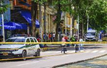 Varios ciudadanos hacen fila a las afueras de un centro comercial ubicado en el Paseo Bolívar.