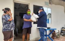 Entregan auxilios alimentarios a familias que están en cercos sanitarios