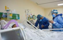 Un profesional de la salud atiende a un paciente de COVID-19  en una Unidad de Cuidado Intensivo.
