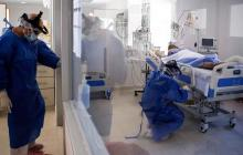 Un paciente recibe atención en la unidad de cuidados intensivos de una clínica.