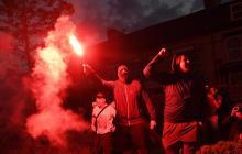 Hinchas del Liverpool festejando en las calles.