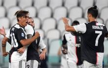 Cristiano Ronaldo felicitando a Dybala por su golazo.