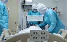 Médicos atienden a un paciente contagiado.