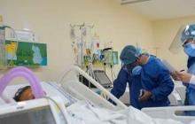 Personal de la salud atiende a un paciente en una unidad de cuidado intensivo.
