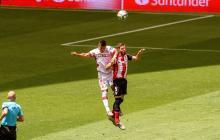 Juan Camilo 'Cucho' Hernández lucha por el balón con el jugador del Athletic Club, Yeray Álvarez.