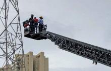 Moisés Carrillo fue auxiliado por las autoridades tras subir una torre eléctrica.