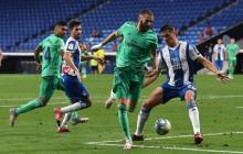 La jugada de Karim Benzema ante la marca del colombiano Bernardo Espinosa.