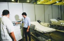 El alcalde Jaime Pumarejo revisa los equipos instalados para la atención de los pacientes.