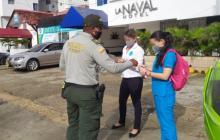 Un policía vigila el cumplimiento del Pico y cédula en Cartagena.