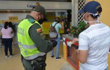 La Policía revisa la cédula de un ciudadano en Cartagena.