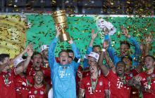 Los jugadores del Bayern levantan el título de campeón.