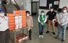 Representantes de Reficar y Dadisalix junto a la directora del Laboratorio de la Universidad de Cartagena y la secretaria General de la Alcaldía de Cartagena con parte de los kits donados.