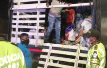 En video | Policía encuentra a 30 personas en un furgón