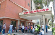 Familiares de los heridos esperaban afuera de la Clínica General del Norte.