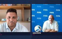 Infantino en la entrevista con el astro brasileño, Ronaldo.