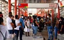 Reportan aglomeración y retraso en estaciones de Transmetro