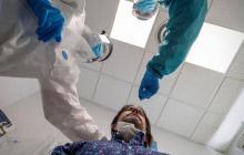 Paciente al que se le hace una prueba PCR para determinar si es portador del virus SARS-CoV-2.
