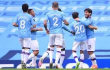 David Silva (derecha) celebra con sus compañeros del City el tanto anotado.