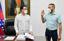 Julio Salas durante el acto de posesión ante el gobernador del magdalena, Carlos Caicedo.