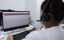 Una enfermera atiende una llamada en el Centro de Telesalud del Atlántico.