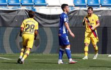 Lionel Messi celebra uno de sus goles ante el Alavés con Riqui Puig.