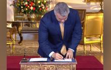 El presidente Iván Duque al momento de firmar la ley.