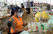 Una trabajadora de una empresa del sector de confecciones en Barranquilla.