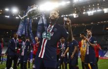 Neymar festejando con el título de la Copa de Francia.
