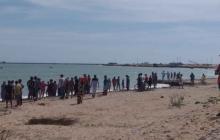 La comunidad se agolpó en la playa mientras los pescadores buscaban los cuerpos de los ahogados.