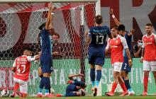 Momentos en que Mateus Uribe daba muestras de dolor tras anotar el gol y sufrir su lesión. Luis Díaz aparece entre los que avisa al cuerpo médico.