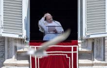 El papa Francisco oficia el rezo del Angelus desde el balcón en la Plaza de San Pedro en el Vaticano.