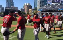 Luis Felipe Urueta felicitando a los peloteros de los Diamondbacks por la victoria ante los Padres.
