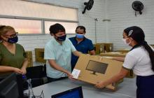 Alcalde Jaime Pumarejo durante la entrega de los equipos tecnológicos.