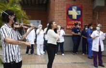 Músicos llevan sus melodías a hospitales de Medellín en lucha contra COVID-19