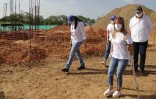 La gobernadora Elsa Noguera inspecciona las obras de la concha acústica en Baranoa. Los proyectos contemplan la recuperación de espacios recreo-deportivos en los municipios.