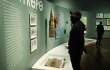 Visitantes recorren con mascarilla las salas del Museo Nacional.