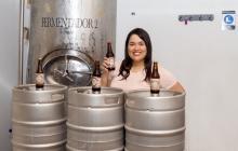 Lilia Ariza produce su cerveza en Santo Tomás.