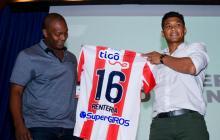 Édgar Rentería recibiendo una camiseta de Junior de manos de uno de los jugadores rojiblancos más representativos, Teófilo Gutiérrez, en un acto en la Uninorte en 2017.