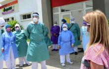 La gobernadora entrega elementos de protección al personal sanitario del Hospital de Juan de Acosta.