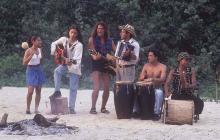 Escena del videoclip rodado en una playa del Parque Tayrona. Carlos Vives aparece junto a Egidio Cuadrado y Mayte Montero, entre otros.