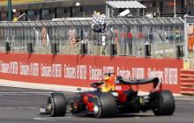 El neerlandés Max Verstappen cruzando la meta en el monoplaza de Red Bull.