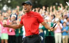 Tiger Woods, último campeón del Master, celebra el triunfo. Atrás los espectadores emcoionados con el campeón.