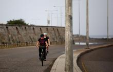 Dos ciudadanos pasen en bicicleta en Cartagena, que empieza a mostrar resultados positivos en la lucha contra el COVID-19