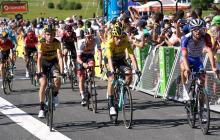 Primoz Roglic, ciclista esloveno, logró mantener el el maillot amarillo pese a la caída durante la cuarta etapa de competencia.