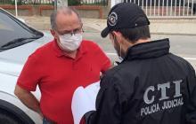 Momento en que un funcionario del CTI d ela Fiscalía le lee los derechos como persona capturada a Jaime Pineda Gutiérrez.