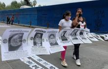 Manifestantes exponen los rostros de presuntos agresores sexuales.
