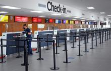 Una operaria adelanta labores de limpieza en la zona de 'check-in' del aeropuerto Ernesto Cortissoz.