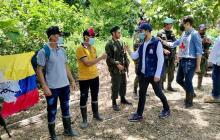 De izquierda a derecha a Robinson Arcila y Albeiro Arcila, mientras son liberados en zona rural de la región del Catatumbo.