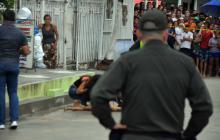 Un vehículo de la Policía hace presencia en la escena de un crimen en Soledad.