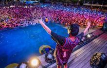 Una multitud participa en una fiesta de música electrónica en el parque acuático Maya Beach en Wuhan, China.